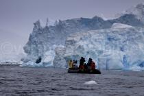 Zoodiac vor einem Eisberg bei Detaille Island, Antarktische Halbinsel