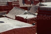 Blick auf ein rotes Häuser-Wirrwarr im Monasterio de Santa Catalina, Arequipa, Peru