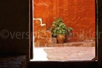 Blick auf eine orange Wand im Monasterio de Santa Catalina, Peru