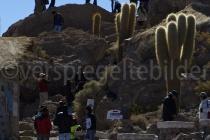 Silhouetten von Touristen auf der Isla Incahuasi, Salar de Uyuni, Bolivien