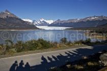 Schatten der fotografierenden Touristen vor dem Perito Moreno Gletscher, Patagonien, Argentinien