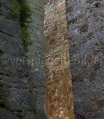 Sonnenlicht zwischen den Mauern von Sassa, Italien