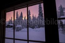 Sonnenuntergang aus dem Fenster des Mökkis in Luosto