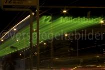 Licht eines Busses bei der Haltestelle, Langzeitaufnahme