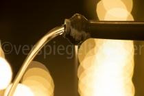 Lichtspiele bei Nacht vor einem Brunnen