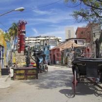 Strasse mit Kunstwerk und Pferdewagen in Havanna auf Kuba