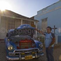 Taxifahrer zeigt stolz die Innereien seines Oldtimers in Trinidad auf Kuba