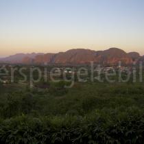 Blick über das Viñalestal im Abendlicht auf Kuba