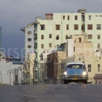 Auto im Abendlicht auf dem Malecon in Havanna auf Kuba