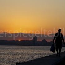 Ein Fischer im Sonnenaufgang auf dem Malecon in Havanna auf Kuba
