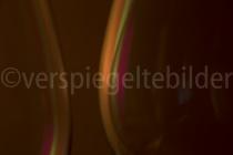bunte Lichtreflexionen in zwei Weingläsern