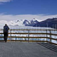 Mann auf der Zuschauerterrasse vor dem Perito Moreno-Gletscher