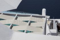 Sicht durch Häuser aufs Meer