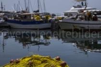 Hafen von Vlichada mit Fischernetzen im Vordergrund