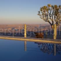 Pool mit Aussicht auf den Fish River Canyon und einem Köcherbaum, Namibia
