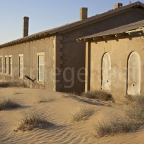 Häuser im Wüstensand in Kolmanskop, Namibia