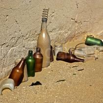 mit Sand gefüllte Flaschen vor einem Haus in Grillenthal