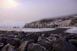 """Wintermorgen bei Vík í Mýrdal mit Ausblick auf die Felsnadeln Reynisdrangar: """"Skessudrangur"""", """"Landdrangur"""" und """"Langsamur"""", Island"""