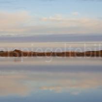 Landschaft um Kirkjubaejarklaustur mit Spiegelungen auf dem Wasser