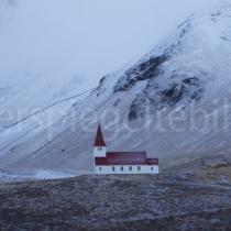 Kirche auf einem Hügel bei Vík í Mýrdal, Island