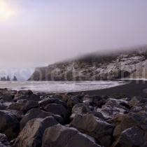 schwarzer Stande bei Vík í Mýrdal mit Blick auf die Felsnadeln