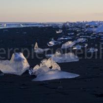 Eisgebilde am schwarzen Lavastand von Jökulsárlón, Island