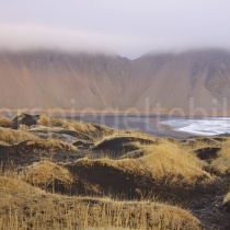 Strand von Stokksnes bei Sonnenaufgang mit Nebelschwaden, Island
