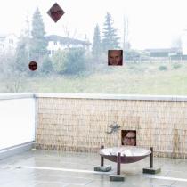 Spiegelungen von Gesichtern auf einer durchsichtigen Fläche mit einer Landschaft im Hintergrund