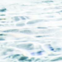 überbelichtete Wellen in einem Pool als abstrakte Landschaft