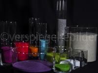 Gläser mit buntem Sand gefüllt