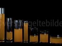 Gläser mit orangem Wasser gefüllt, gleiche Menge