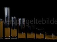 Gläser mit orangem Wasser gefüllt, gleiche Menge sortiert nach Wasserstand