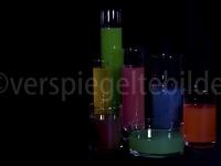 Gläser mit buntem Wasser gefüllt