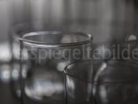 Gläser mit Lichtreflexionen