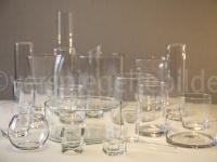 Gläser in wilder Anordnung mit Hintergrund