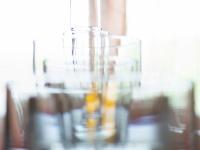 Gläser in einer Reihe mit Hintergrund