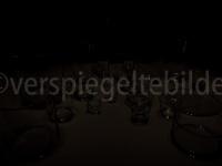 unterbelichtete Gläser in wilder Anordnung mit Lichtreflexionen