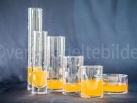 Gläser mit orangem Wasser gefüllt