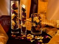 Gläser, gefüllt mit Rosenblüten vor Hintergrund