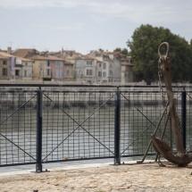 Flussufer in Arles mit rostigem Anker