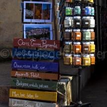 Stand mit farbigem Pulver in Ockertönen an einem Toristengeschäft in Rousillon