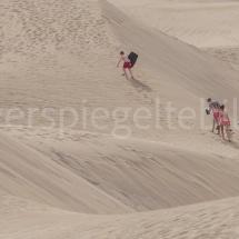 Touristen in Samichlaus-Verkleidung in den Dünen von Maspalomas auf Gran Canaria