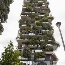 Bosco Verticale Hochhäuser mit Bepflanzung mit Strassenlaterne