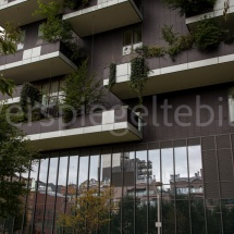 Bosco Verticale Hochhäuser mit Bepflanzung, Ausschnitt einiger Balkone und Spiegelung im Glas