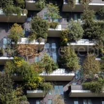 Bosco Verticale Hochhäuser mit Bepflanzung Ausschnitt einiger Balkone im Sonnenschein