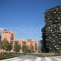 Bosco Verticale Hochhäuser mit Bepflanzung und umliegende Gebäude im Park