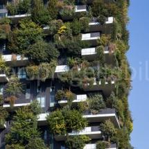 Bosco Verticale Hochhäuser mit Bepflanzung, seitlicher Ausschnitt vor blauem Himmel
