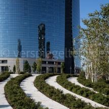 Bosco Verticale Hochhäuser mit Bepflanzung in der Spiegelung einer Fensterfron mit Park