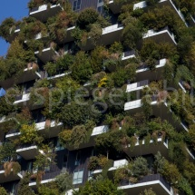 Bosco Verticale Hochhäuser mit Bepflanzung, Ausschnitt mittendrin vor blauem Himmel