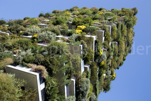 Bosco Verticale Hochhäuser mit Bepflanzung, Ausschnitt aus starker Froschperspektive mit blauem Himmel